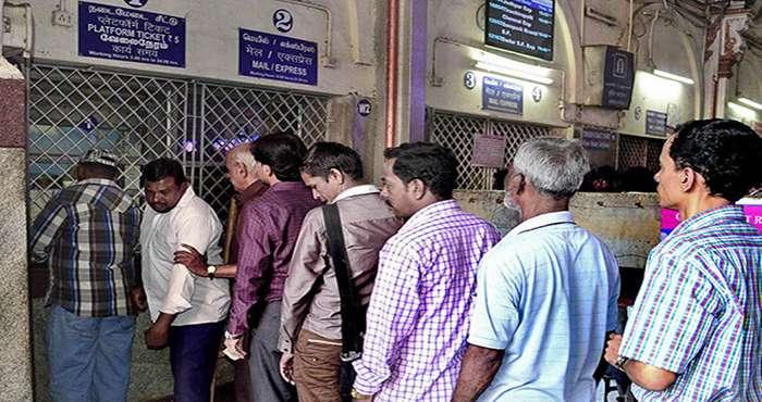 बता दें कि कोरोना वायरस के चलते स्टेशनों पर भीड़ कम करने के लिए रेलवे ने यह कदम उठाया है. भीड़-भाड़ को कम करने के लिए यह कदम उठाया गया है. सेंट्रल रेलवे ने भी प्लेटफॉर्म टिकट की कीमतें 10 से बढ़ाकर 50 रुपये तक कर दी हैं. सेंट्रल रेलवे में नागपुर, मुंबई का सीएसटी, भुसावल, पुणे और सोलापुर आते हैं.अगले आदेश तक प्लेटफॉर्म टिकट की यही दरें लागू होंगी. देश में कोरोना वायरस के मामले लगातार बढ़ रहे हैं. केंद्र और राज्य सरकारें इसको फैलने से रोकने के लिए तमाम एहतियाती कदम उठा रहे हैं.