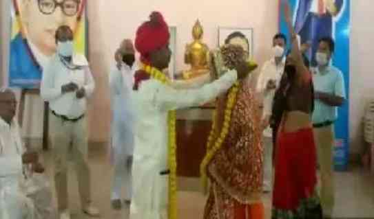 Loved a young man with a begging girl while sharing food, got married, know how it happened